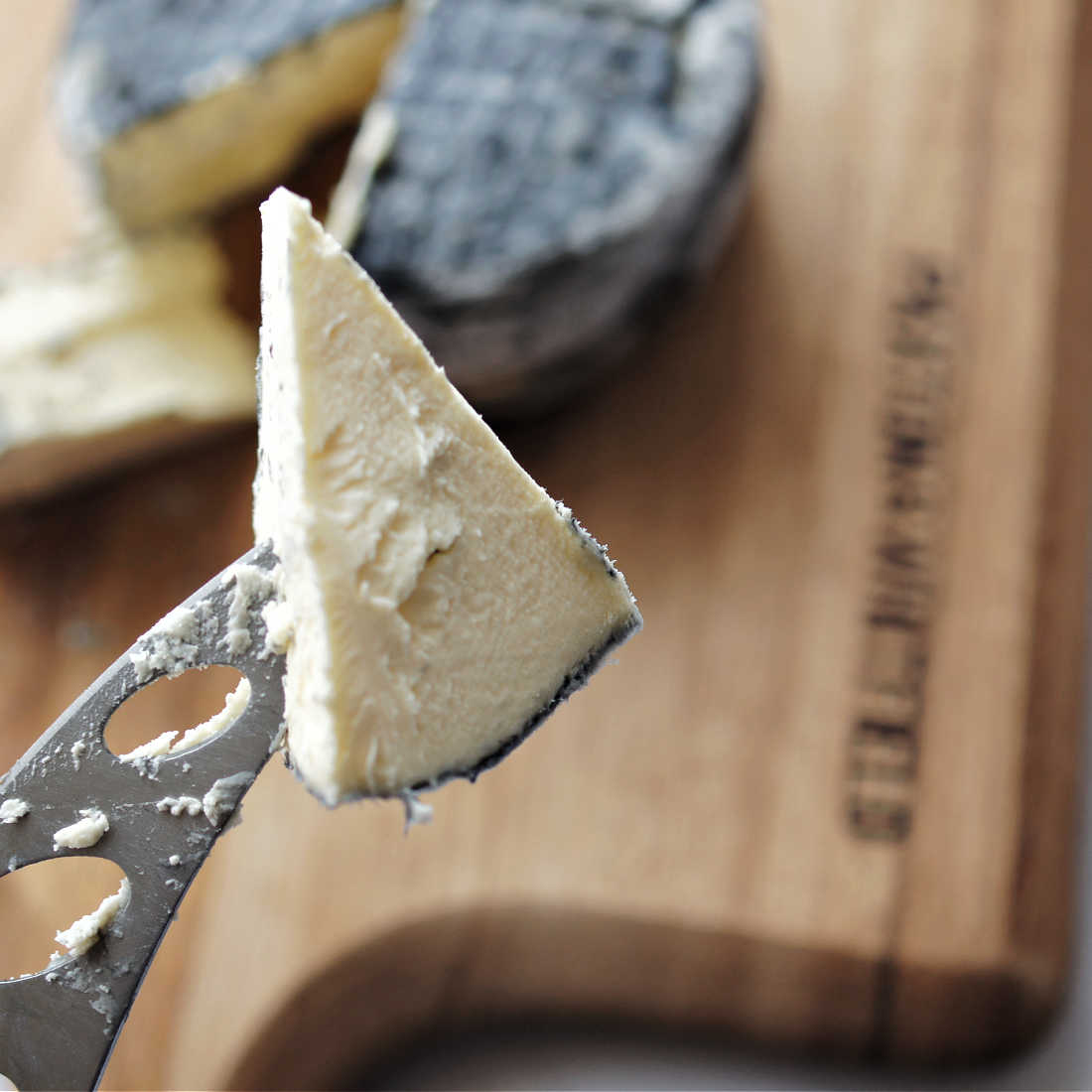 Lypiatt-on-cheese-knife-low-res