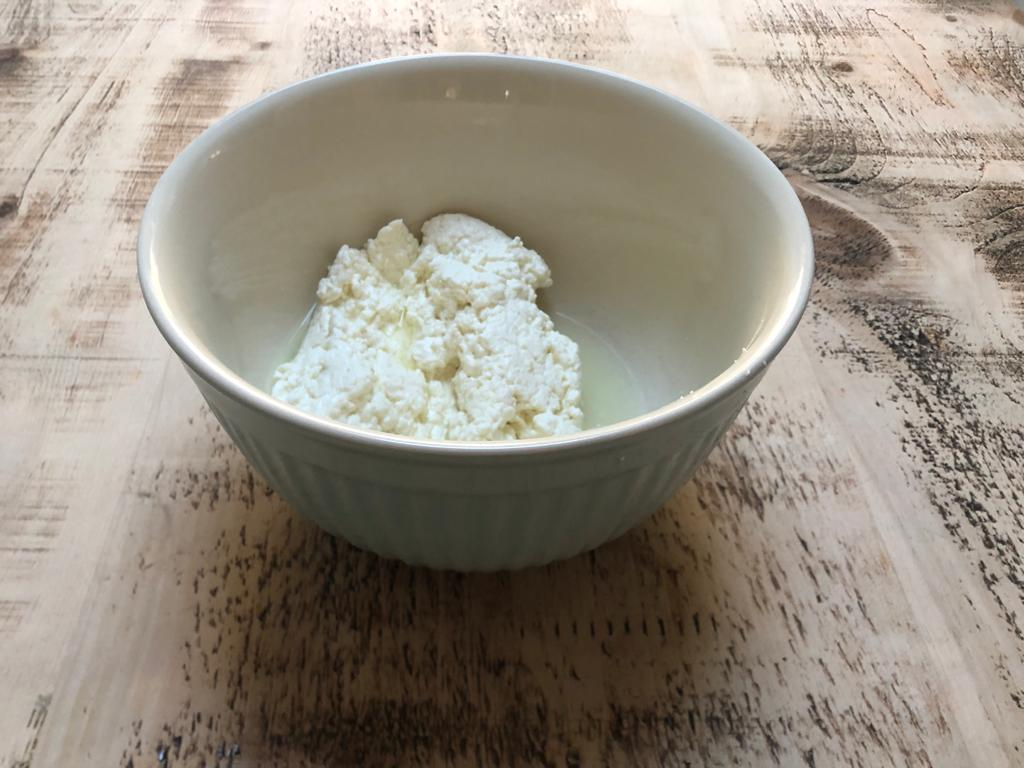 Cheesemaking-Jen-Separated-Curds-from-the-Whey-and-ready-to-microwave
